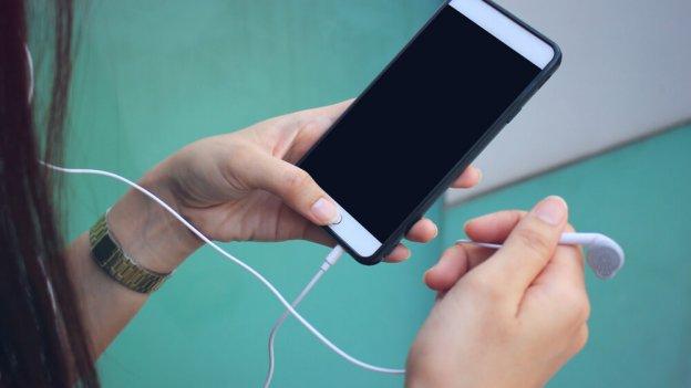 - shutterstock 610559348 624x351 - Top 4 Features of Podcast App
